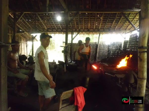 proses penempaan besi hingga menjadi peralatan pertanian