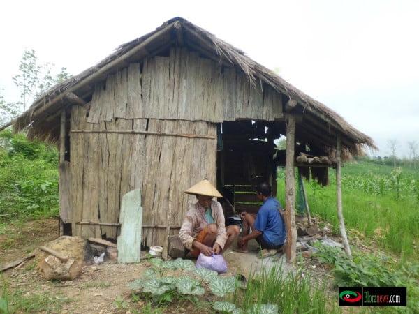 Mbah Ngasui ( 75 ), Kakek lanjut usia ini memilih tinggal di tengah hutan daripada hidup di daerah berpemukiman di desa Tunjungan. Ditemani istri tercintanya, Mbah Parti ( 60 ) pria ini menggarap lahan di tengah hutan di sisa usianya