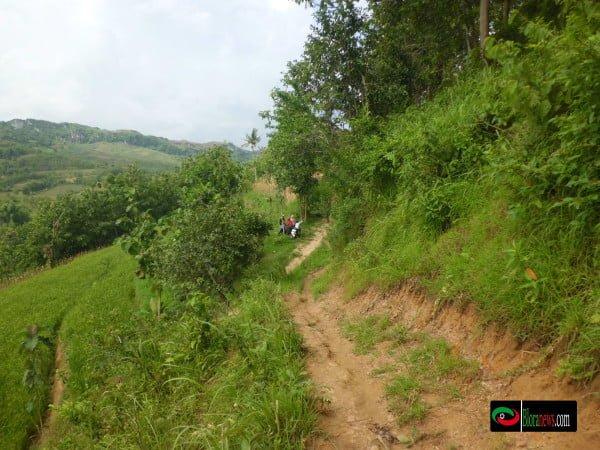 Jalan menuju Bendungan Jurangjero melalui puncak krekep