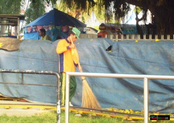 petugas kebersihan sedang membersihkan sekitar alon alon blora