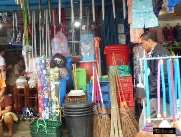 beragam alat kebersihan di jual di pasar blora