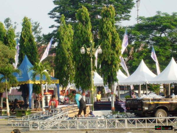 para pekerja event hiburan sedang mempersiapkan panggung panggung hiburan