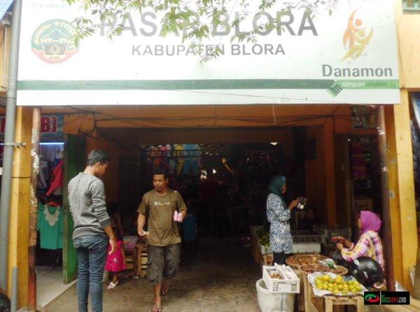penjual buah di pintu masuk Pasar Blora