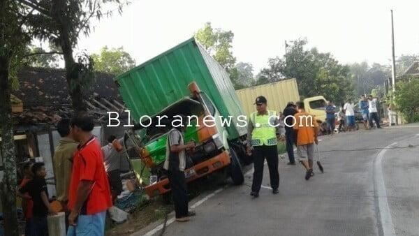 Kecelakaan tunggal truk