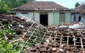 RUMAH ROBOH DI BAJO KEDUNGTUBAN, SATU ORANG TERTIMPA BANGUNAN
