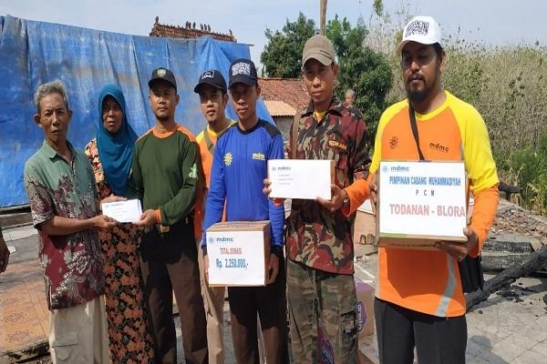 Aksi sosial PC Muhammadiyah Todanan kepada Sukar (55), korban kebakaran di Dukuh Sumberejo RT 04 RW 01 Desa Kedungbacin Kecamatan Todanan