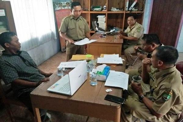 Mediasi antara Parmin (55) orang tua siswa dengan Sumijan (56) oknum Kepala Sekolah, di Balai Desa Mojowetan Kecamatan Banjarejo. (foto: Radar Kudus)