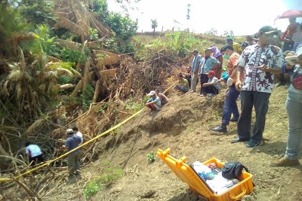 Puluhan warga, perangkat desa dan tokoh masyarakat turut menyaksikan evakuasi