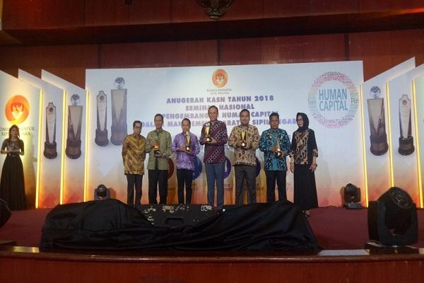 Wabup Blora Arief Rohman saat menerima anugerah KASN 2018 di Jakarta