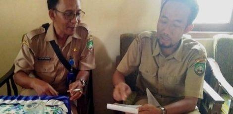 Kabid Sosial Dinsos PPA Blora Hartanto saat menerima keluhan salah seorang aparat desa