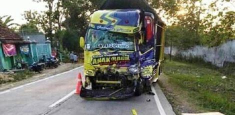 Salah satu truk yang terlibat kecelakaan di ruas jalan Pendem Tambahrejo Tunjungan