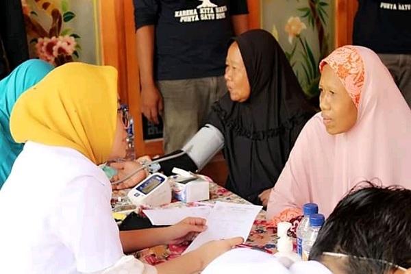 Warga Dusun Sambongmacan Desa Sumber Kecamatan Kradenan antusias mengikuti pengobatan gratis dan pembagian sembako