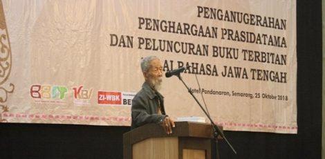 oesilo Toer menyampaikan Orasi Bahasa dan Sastra usai menerima penghargaan Prasidatama dari Balai Bahasa Jawa Tengah