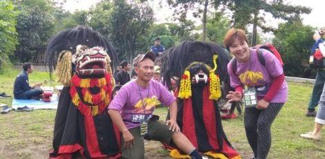 Turis mencanegara mendokumentasikan penampilan Barongan Mustika Amarta Kamaba Yogyakarta