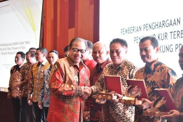Sekda Kabupaten Blora, Komang, menerima penghargaan dari Menko Perekonomian Darmin Nasution
