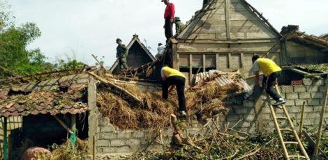 Evakuasi pasca bencana angin kencang di Blora.