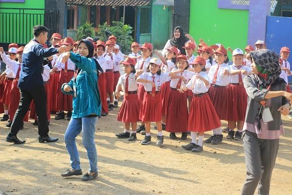 Relawan Kelas Inspirasi Blora mengajar anak-anak di SD Negeri 1 Nglebur, Kecamatan Jiken, Kabupaten Blora.