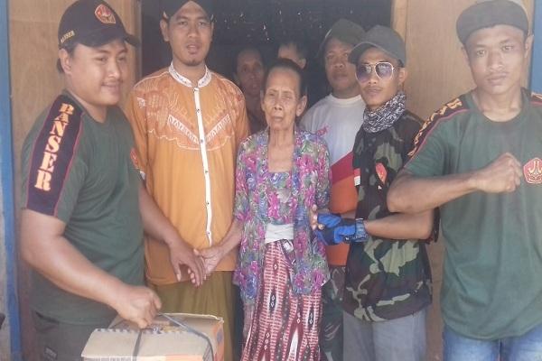 Mbah Tasmi didampingi para sukarelawan Matan