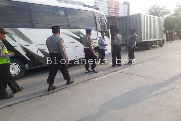 Penyekatan Polsek se- eks Kawedanan Randublatung untuk mencegah warga Blora mengikuti aksi 211 di Jakarta