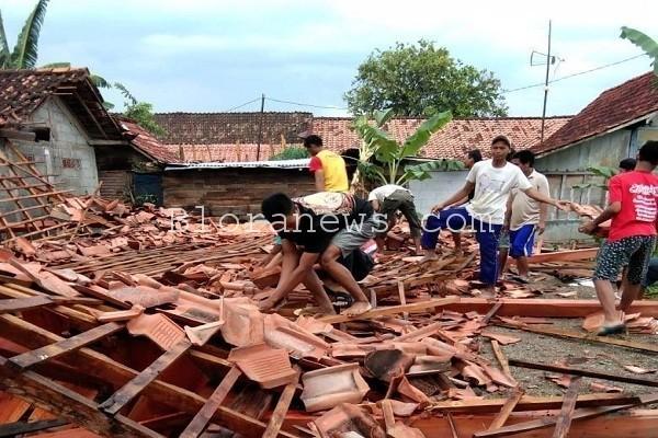 Kondisi rumah Sujinah setelah diterjang angin kencang
