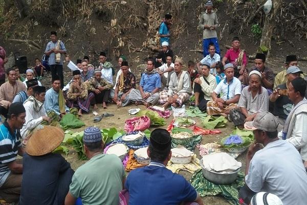 Warga melaksanakan Sholat Istisqa Masohan, tempat Mbah Janjang mengambil air wudhu sebelum melaksanakan sholat