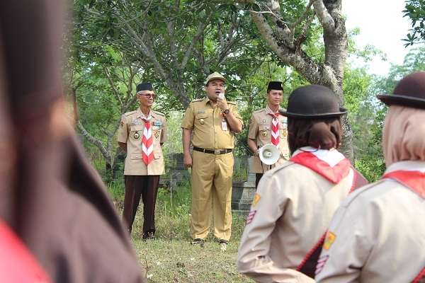 Wakil Bupati Blora mengajak anggota pramuka untuk membersihkan Makam Potjut Meurah Intan