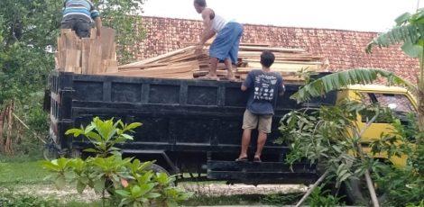 Barang bukti diangkut dengan 2 (dua) unit truk