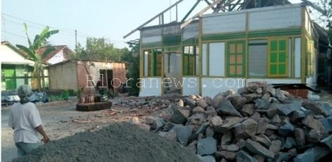 Sejumlah material untuk pemugaran rumah masa kecil Pramoedya jalan Sumbawa Kelurahan Jetis Blora Kota, Kabupaten Blora. (foto: Jawa Pos)