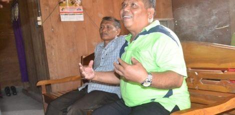 Proses mediasi antara Kepala Sekolah SD Negeri 1 Mojowetan dengan orang tua siswa korban kekerasan di Balai Desa Mojowetan Banjarejo