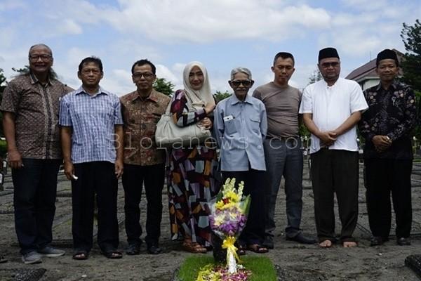 Keluarga Soepadi Jododarmo berfoto bersama dengan Panitia HUT Blora ke- 269 selepas berziarah di TMP Kusumanegara Semaki Yogyakarta