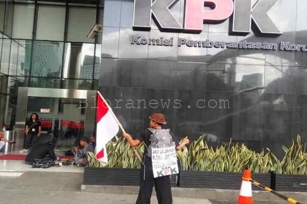 Lilik Yuliantoro di depan Gedung KPK, Jakarta