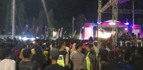 Petugas Polres Blora mengamankan konser dalam rangka puncak Hari Jadi Blora ke 269 di Alun-alun Blora