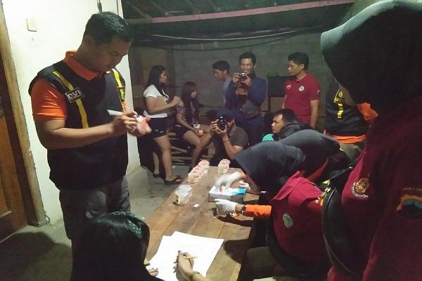 Pengunjung dan PK di cafe karaoke menghentikan aktivitasnya saat belangsung razia gabungan
