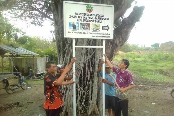 Tim Disporabudpar Blora di Situs Medalem, Kecamatan Kradenan Kabupaten Blora. (foto: FB Wijayanto Lukman R)