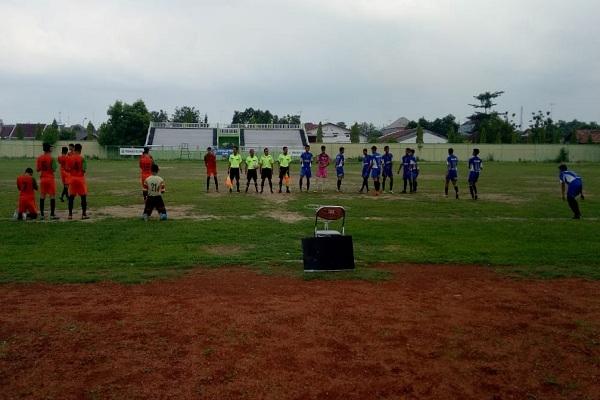 Laga semifinal turnamen U-17 Askab PSSI Blora antara Ganekta (merah) melawan Tunas Muda (biru) di Stadion Kridosono Blora