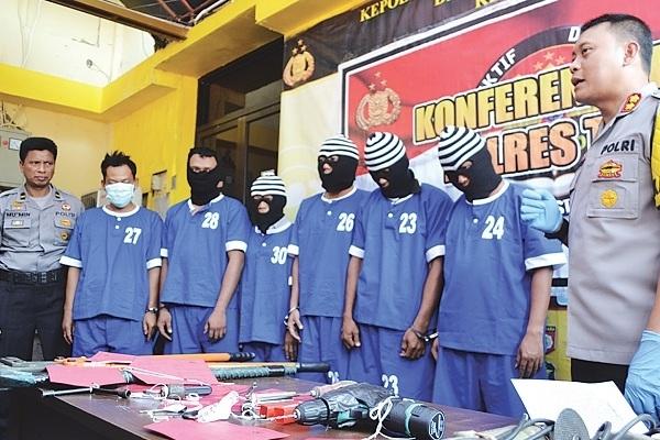 Konferensi pers di Mapolres Tegal terkait sindikat perdagangan mobil curian lintas negara. (sumber foto: suaramerdeka.com)