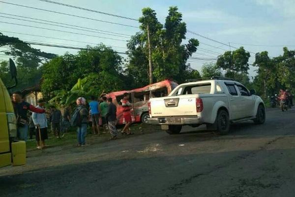 Elf merah rombongan warga Desa Bogorejo Japah Blora yang terguling di depan SDN Tanjungrejo 2 Ngaringan Grobogan