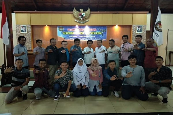 Zaenul Arifin (baju putih tengah), Ketua Taekwondo Indonesia Kabupaten Blora periode 2018-2022