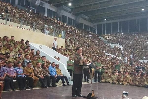 Presiden Jokowi menemui puluhan ribu perangkat desa di Istora Senayan