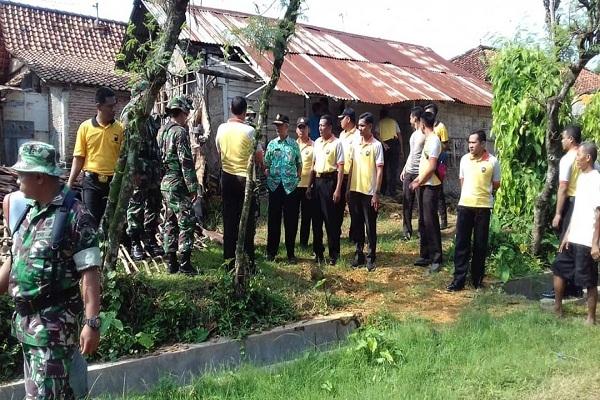 Relawan dari Kepolisian, TNI, BPBD Blora, dan masyarakat Desa Gotputhuk Kecamatan Ngawen Kabupaten Blora membantu renovasi rumah milik Mbah Rawi (79)
