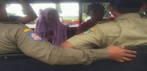 Satpol PP menggelandang pasangan terbelakang mental yang berbuat tidak senonoh di Taman Aryo Jipang Cepu