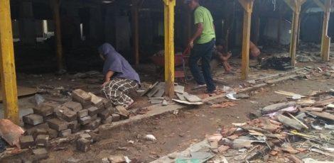 Pedagang membongkar bekas kios di Pasar Lama Kota Blora