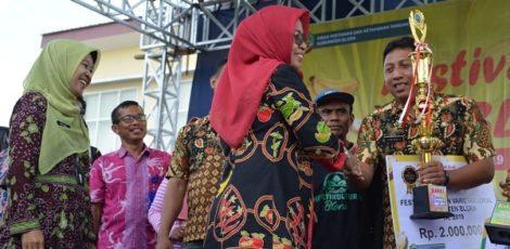 Suwignyo, Kepala Desa Karangjong Ngawen, Pemenang Lomba Durian menerima hadiah dan piala dari Kepala Dinas Pertanian dan Ketahanan Pangan Blora, Reni Miharti