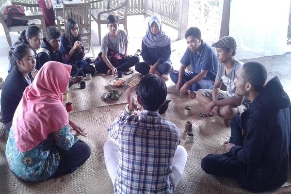 Kunjungan mahasiswa di Omah Joglo Taman Baca dan Budaya Cethik Geni, Dusun Wangkot RT 03 RW 02 Desa Kapuan Kecamatan Cepu Kabupaten Blora
