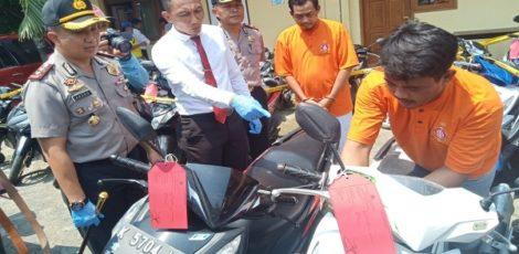Tersangka Kristiawan (37) memperagakan cara menjalankan aksinya dalam mencuri motor