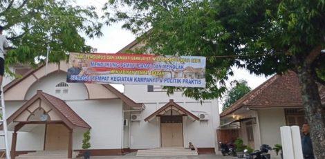 Spanduk bertuliskan dukungan untuk Pemilu Damai 2019 terpasang di Gereja St Willibrordus Cepu