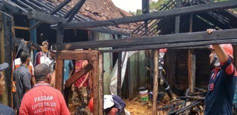 Puing-puing sisa kebakaran di sebuah rumah di kawasan Dusun Tanjung RT 01 RW 02 Desa Geneng Kecamatan Jepon