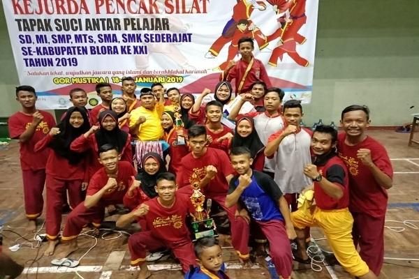 Kontingen SMK MUhammadiyah 2 Blora merebut gelar juara umum dalam Kejurda Tapak Suci XXI Kabupaten Blora