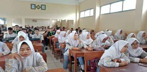 Siswa SMK Muhammadiyah 2 Blora mengikuti paparan peluang kerja di Jepang yang disampaikan oleh tim LPK Martani Semarang