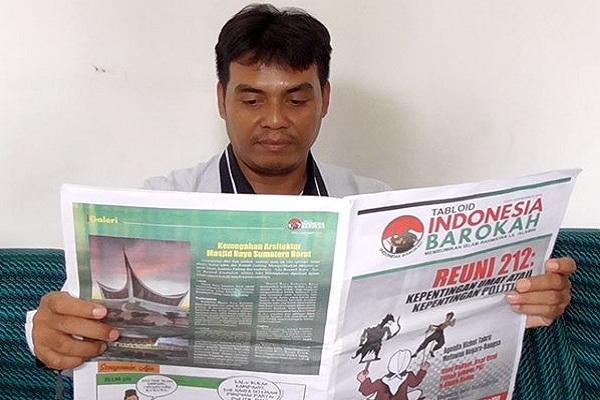 Ketua Bawaslu Blora, Lulus Mariyonan membaca Tabloid Indonesia Barokah
